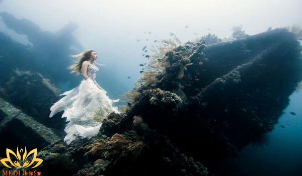 Chụp ảnh cưới dưới nước ở biển