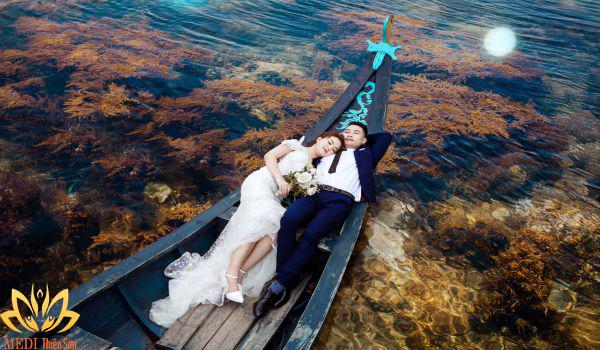 Chụp ảnh cưới Hà Nội trên thuyền
