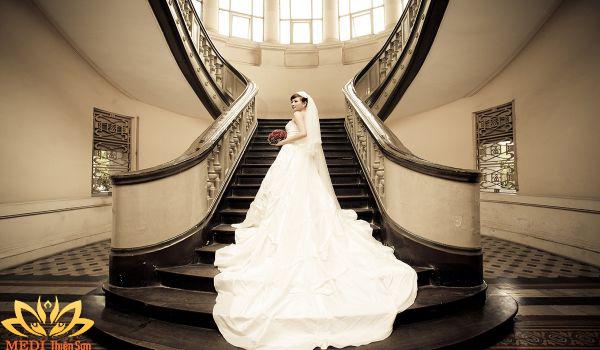 Chụp ảnh cưới Vintage tại cầu thang
