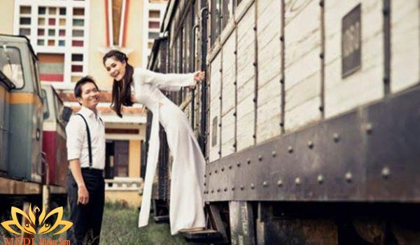 Chụp ảnh cưới Vintage tại sân ga