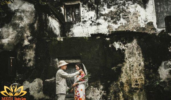 Chụp ảnh cưới Vintage cùng bức tưởng rêu