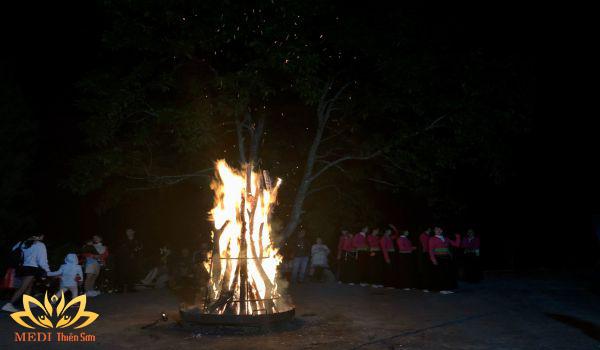 Tour du lịch cho học sinh tiểu học giao lưu văn hóa Mường